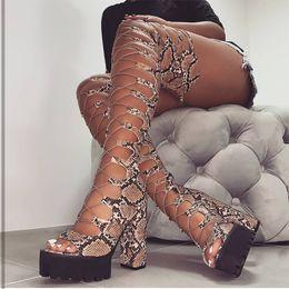 Sobre as sandálias de joelho on-line-Verão Snakeskin Roma Mulheres Botas Plataforma sobre o joelho Gladiator Cruz-amarrado Salto de coxa altas super Alta Senhora Sandals 20190716