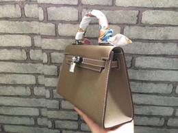 Grand sac fourre-tout en daim en Ligne-22CM 2018 New Big Marque Mini Totes sacs femmes de luxe Sac à bandoulière Avec serrure En cuir véritable Fashion lady Sac à main en gros de haute qualité