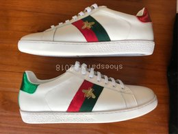 Scarpe designer italiana online-Gucci shoes  Cheap Designer di lusso Uomo Donna Sneaker Scarpe casual Low Top Italia Marca Ace Bee Stripes Scarpe Walking Scarpe da ginnastica sportive Chaussures Pour Hommes