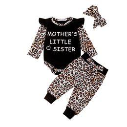 Mono leopardo niños online-Ropa de bebé Pequeño vuelo de manga larga con estampado de letras Romper Tops + Pantalones de leopardo + Diadema de bowknot 3pcs / sets Conjunto de ropa para niños Mono M410