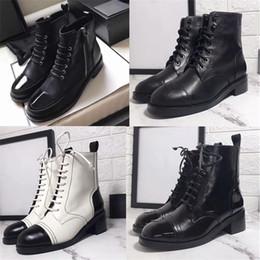 laço de patente Desconto 2019 Mulheres Lace-ups Patente Calfskin Bota Martin ankle boots Sapatos de Grife de Couro Preto de Tornozelo Cowboy Booties com Caixa US10