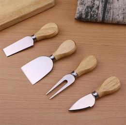 Reibe set online-Nützliche Käse Werkzeuge Set 4 TEILE / SATZ Eichengriff Messer Gabel Schaufel Kit Reiben Zum Schneiden Backen Käsebrett Sets Butter Pizza Slicer Cutter