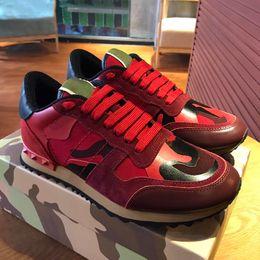 2019 простые белые верхние ботинки Горячие Новые ботинки [оригинальная коробка] Мода Stud Камуфляж Кроссовки Обувь Обувь Мужчины Женщина Flats Luxury Дизайнерские Rockrunner Тренеры Повседневная обувь