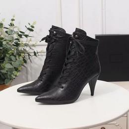 Modelli di scarpe con tacco alto online-Nuove donne del progettista Modello di pietra nera In pelle Punta a punta Tacchi alti Stivaletti Marca 9cm Tacchi Stringate Stivali corti Scarpe invernali 35-42