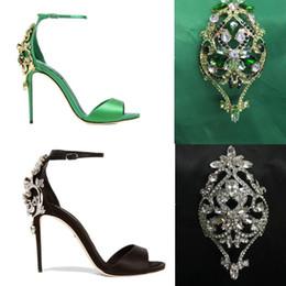 Flores verdes bombas online-Zapatos de novia de la boda de las mujeres verde tacones de seda negro flor de cristal sandalias Gladiador correa del tobillo talones finos rinestone sandalias fiesta bombas
