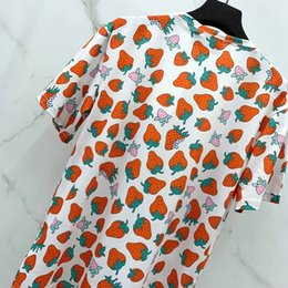 Moda di fragole online-Lusso Europa Strawberry Print Tshirt Shorts Mens Designer T Shirts Womens Couple Alta qualità Summer Fashion Tide Red Tee HFSSTX256
