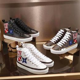 2019 nova moda sapatos de grife de luxo material de couro mulher sapatos casuais sapatos baixos designer de alta-top carta bordado de Fornecedores de marfim cetim nupcial sapatos strass