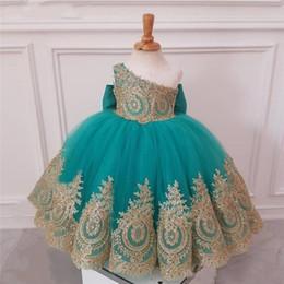 Um vestido da menina da criança do ombro on-line-2020 Novas linda princesa Flor Meninas Vestidos de um ombro com ouro apliques de renda Beads mangas Tulle aniversário da criança Pageant Girl Vestidos