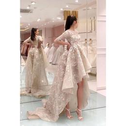 Vestidos fiesta alto baixo vestido de formatura on-line-Elegante frisada Chegada Nova Alta Baixa Renda Vestidos Prom 2020 Dividir Prom Vestidos sem alças vestido de noite vestidos de festa