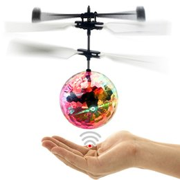 juguete de molino de viento flash Rebajas Helicóptero de la magia LED de iluminación Iluminado Juguete bola de vuelo del sensor LED de cristal bola de vuelo de aeronaves de inducción inteligente de juguetes