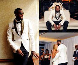 8368c35f7 Personalizado Guapo Dos piezas Blanco Tuxedos de la boda Slim Fit patrón de  oro Trajes de Laple para los hombres un botón Groomsman Suit (chaqueta + ...