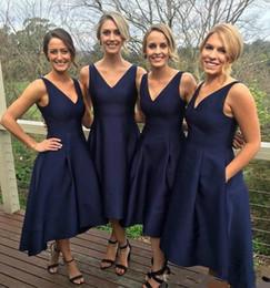 2019 темно-синий высокой низкой платья Скромный темно-синий 2019 Платья подружки невесты Атласная Высокий низкий V-образный вырез Простое платье фрейлины Вечерние платья Формальное платье для выпускного вечера дешево темно-синий высокой низкой платья