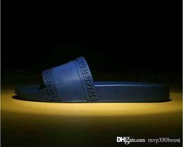 новые мужские тапочки Скидка 2019 NEW прибыть моды мужчина и женщины полосатых сандалий Medusa Потертость причинного Покрытие лето белого башмачок Unisex вьетнамка туфли 38-46