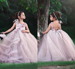 Adorabili ragazze di fiori 2019 abiti gioiello collo fatti a mano fiori in rilievo senza maniche lungo compleanno Toddler Girl Pageant Gowns aperto indietro da le ragazze fiorite avorio vestono le immagini fornitori