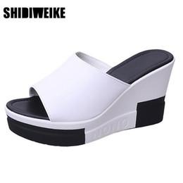 SHIDIWEIKE kadın Slaytlar Siyah Beyaz Mix Renk Moda Takozlar Yüksek Topuk Terlik kadın Yaz Rahat Rahat Ayakkabılar B946 nereden
