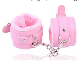 Детские игрушки для мальчиков онлайн-Горячие продажи Кожа Пушистые Наручники Продукт Игрушки Секс и наручники Бондаж Фетиш Манжеты для пар секс удовольствия