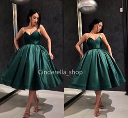 Elegante satinado Vestidos de baile 2019 Escote en V Longitud de la rodilla Árabe Vestidos formales Volantes Mujeres Kleider Fiesta Ropa de noche Vestidos desde fabricantes