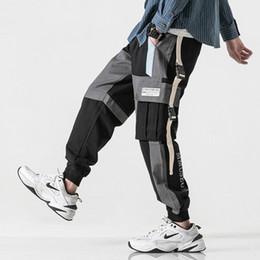 Botones de pantalones holgados online-Hombres Hip Hip Pantalones de carga Bolsillos múltiples 2019 Harajuku Baggy Joggers Pantalón Streetwear Pista Pantalones sueltos Nuevo Hipster Botón de la cinta