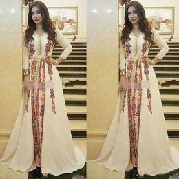 schwarze satin robe blumen Rabatt Neue Kaftan Abendkleider Marokkanischer Kaftan Erstaunliche Stickerei V-Ausschnitt Anlass Formale Abendkleid Dubai Abaya Arabisch Langarm Party Kleid