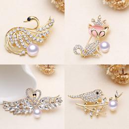 2019 spilla di perle di cristallo del rhinestone Spille Lady Swan cat bird Bianco Naturale 7-9mm Perle Strass Crystal Wedding Pin Spilla Gioielli Accessorize regalo donna spilla di perle di cristallo del rhinestone economici