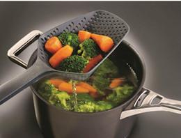 Espátula de cozinha plástica on-line-Cozinha Cozinhar Strainers Gadgets Colher de Nylon Coador Colanders Drenagem De Plástico Veggies Água Colher Espátula Panelas Ferramentas