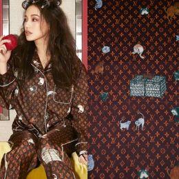 Shirts tecidos de calças on-line-145 cm Largura Animal Print Brown Preto Poliéster Charmeuse Tecido para a Mulher Vestido de Verão Camisa Pijama Calças de Costura DIY-BF086
