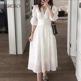 Romantische vintage-stilkleider online-Französisch romantischen Stil weiße Kleider 2019 Sommer V-Ausschnitt Einreiher Puffärmel langes Kleid Vintage V-Ausschnitt Split Baumwollkleid