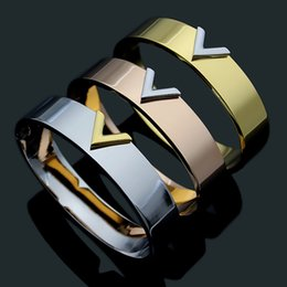 braccialetto nome d'oro Sconti 2019 Nuovo marchio caldo in acciaio al titanio lettera V Bracciale per gioielli donna Moda marca amore Bracciale con ciondoli oro / argento rosa regalo colore