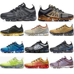 Avec des chaussettes gratuites mode 2020 Top Qualité Fly Racer hommes femmes Chaussures de course Noir Or Volt Violet Blanc Lime Baskets respirantes