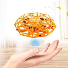 Ufo hubschrauber spielzeug online-Anti-Kollisions-Mini Fliegen Hubschrauber Spielzeug UFO mit LED Magic Hand UFO Ball Mini Induction RC Drone Sensing-Fernbedienung Hubschrauber
