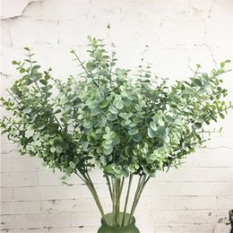 Pequenas decorações plásticas de árvore de natal on-line-Ramo de árvore de eucalipto de plástico Artificial para decoração de casamento de Natal Arranjo de flores pequenas folhas planta folhagem do falso