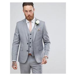 2019 pieza de esmoquin gris Trajes de boda de color gris claro 2019 Slim Fit Bridgroom Tuxedos para hombres Padrinos de boda traje traje formal de negocios dos piezas (chaquetas + pantalones + chaleco + corbata) rebajas pieza de esmoquin gris