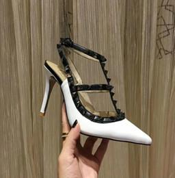 2019 día de la boda talones 19 diseñadores de marcas puntiagudos remaches tacones altos charol sandalias de encaje zapatos de vestir de día de San Valentín zapatos de tacón alto de boda día de la boda talones baratos