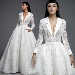 Бальные платья венеция онлайн-Специальный дизайн кружева с длинными рукавами Шикарные свадебные бальные платья с карманами глубокий v-образным вырезом на заказ Венецианское кружево пышное свадебное платье с иллюзией