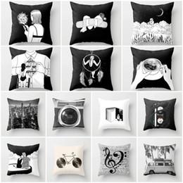 Almohadas de tiro negro para el sofá online-Negro clásico y amortiguador blanco cubierta de poliéster de dibujos animados la almohadilla de tiro cubierta decorativa 45x45 cm Couch almohadas moda funda de almohada