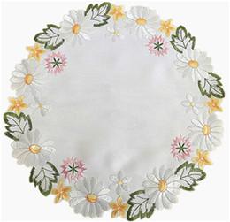 Doilies florais das esteiras de lugar da margarida bordada, decoração de jantar da parte superior de tabela do feriado da mola, tela branca e flor bordada amarela da margarida de Fornecedores de decoração de cozinha país
