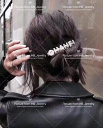 Clips de los amantes online-La manera popular diseñador de la marca bandas para la cabeza carta pinza de pelo para los amantes de la boda Diseño Fiesta señora de las mujeres Regalo de la joyería de lujo para la novia con la caja