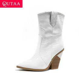 Botas de dedos cuadrados online-QUTAA 2020 Moda Leopardo piel de serpiente de cuero de LA PU de las mujeres botas de tacón cuadrado Otoño Invierno Resbalón en el dedo del pie puntiagudo zapatos de mujer tamaño 34-43