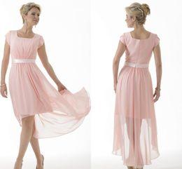 robe longue courte et rose Promotion Robes de demoiselle d'honneur modeste rose chaud longues avec des manches courtes en mousseline de soie cape manches courtes devant Longue Arrière Pays demoiselles d'honneur