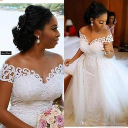 satin kurze kleider brautkleid Rabatt Sexy African Nigerian Mermaid Brautkleider mit abnehmbarem Zug Voll SpitzeApplique Sheer weg von der Schulter Kurzschluss-Hülsen-Brautkleider