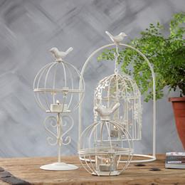 2020 té de pájaro Estilo europeo Jaula de Aves Té Titular de Luz Vintage Hierro Cutwork Colgando Vela Linterna Retro Blanco Candelabro para el banquete de boda en casa té de pájaro baratos