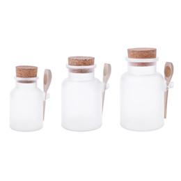 Botella de corcho de madera online-Exfoliante Baño Sal Botella ABS Frasco sellado Cuchara de madera Tapón de almacenamiento de corcho suave Botella Frosted Seal Máscara recargable