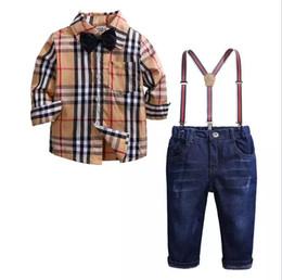 Pajarita jeans online-Conjunto de ropa para niños 2019 Traje de caballero de otoño Traje de manga larga para niños Pajarita Camisa a cuadros + Correas Jeans Pantalón Trajes para niños 1-7 años