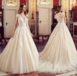 2019 dentelle noble Champagne élégant ligne robes de mariée appliques de dentelle illusion retour noble robe de mariée bouton recouvert de robe dentelle noble pas cher