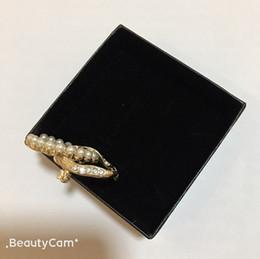 broches de sensibilisation en gros Promotion 3.4X4.3CM alliage de mode classique perle lettre C broche lettre de luxe broche pour dames collection conception de luxe badges vêtements broche ornements
