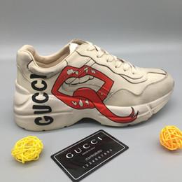 688c89aef06b1 Herren Rhyton Leder Sneakers mit Mund Web NY Yankees LA Angels Print Damen  Designer Clunky Schuhe Wasserdichte Freizeitschuhe mit Box LLL2 günstig  frauen ...