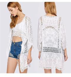 2020 camisa de praia blusa Mulheres verão praia bikini cover ups Crochet oco solto protetor solar cardigan blusas longas rendas bordado camisas férias swimwear beachwear desconto camisa de praia blusa