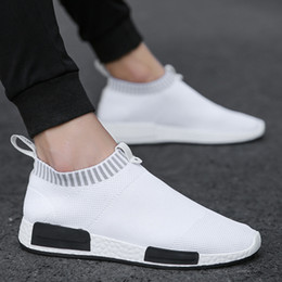 Sapatos de malha leve mens on-line-Mens Moda Andando Sapatos Meias Leve Air Mesh Slip-on Sapatilhas Respiráveis ​​Casuais Malha-Confortável Sapatos de Trabalho, EVA Mocassins