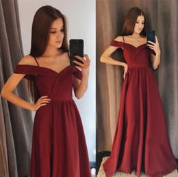 Vestido de coral línea de encanto online-Encantadora una línea de gasa vestidos de dama de honor una línea fuera del hombro vestidos de fiesta hasta el suelo de color borgoña para niñas vestidos de fiesta de baile de graduación