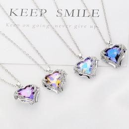 Collar de alas de corazón colgantes online-Collar de mujer Colgante adornado con cristales de Swarovski Collar Alas de ángel Collar colgante de corazón Día de San Valentín
